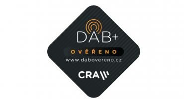 Samolepka DAB+ ověřeno vás navede při nákupu digitálního rádia