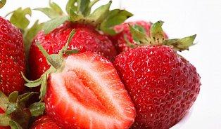 Nejvíce pesticidů mohou obsahovat jahody, pozor ina slupku citrusů