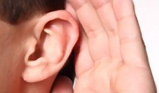 Třetině nedoslýchavých jsou naslouchadla k ničemu. Jak s nimi mluvit?