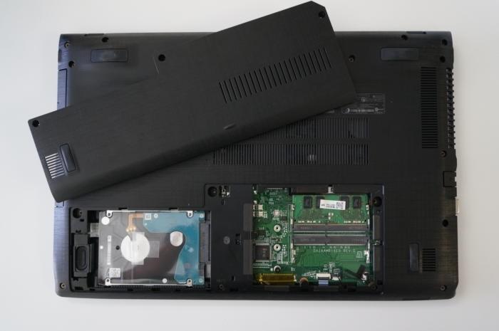 U tohoto konkrétního notebooku Acer Aspire E 15 se ke slotům pro operační paměť RAM a k šachtě pro disk dostanete velmi snadno. Podobná situace je i u řady notebooků podobné cenové kategorie.