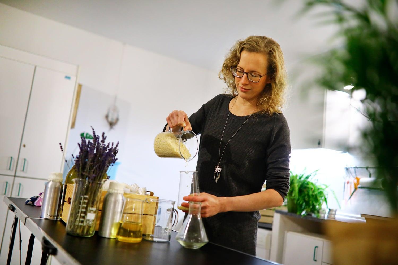 Podívejte se do laboratoře, jak se vyrábí přírodní kosmetika