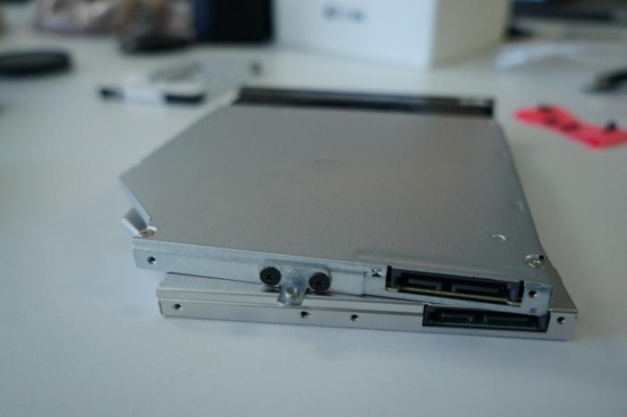 Nahoře vidíte standardní mechaniku DVD. Na kovovém rámečku je třeba odšroubovat dva šroubky a rámeček pak připevnit ke krabičce s pevným diskem (na obrázku dole).