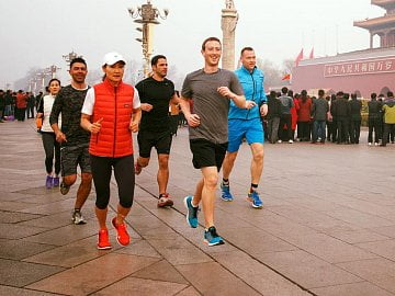 Mark Zuckerberg při ranním běhu na Náměstí nebeského klidu v Pekingu