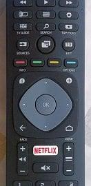 Na webových stránkách televizoru byla v době zkoušení fotografie jiného dálkového ovladače, než který byl k dispozici v balení. Tady je aktuální verze a povšimněte si tlačítka seznamu kanálů (nad Search) a tlačítka EPG (TV Guide) o něco níže vlevo. Na umístění EPG si zvyknete lehce, ale na seznam stanic…