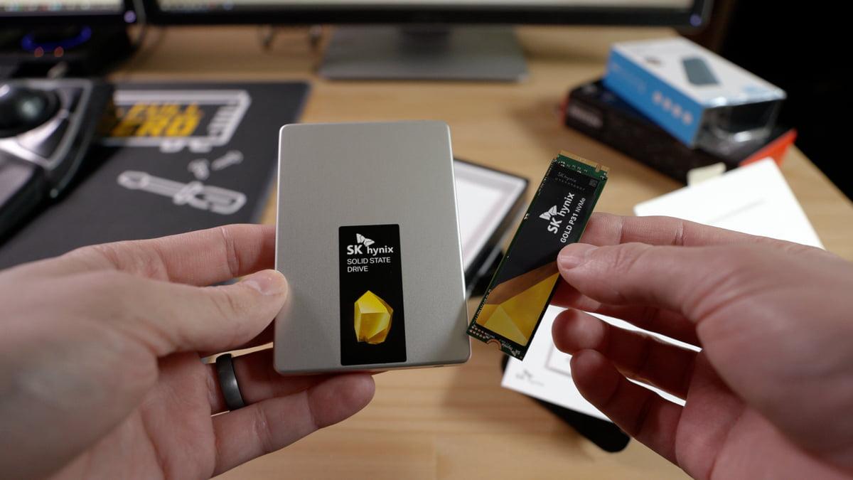 Vlevo je vidět disk SATA SSD o velikosti 2,5 palce, vpravo pak disk M.2 NVMe SSD