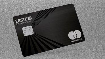 Bezkontaktní kovová platební karta Mastercard.