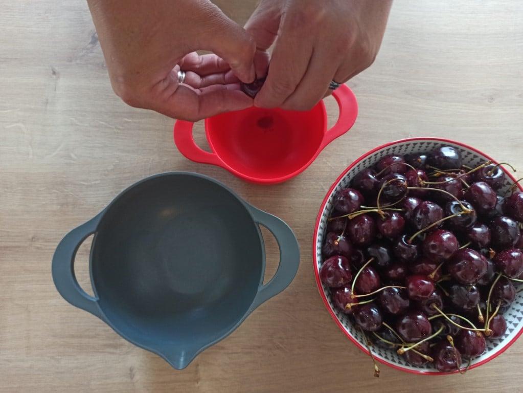 Jak nejsnadněji vypeckovat třešně