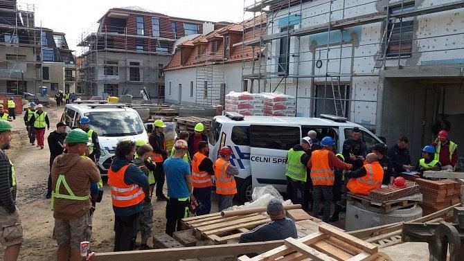 Na výstavbě bytového komplexu pracovalo plno zaměstnanců nelegálně a bez dokladů
