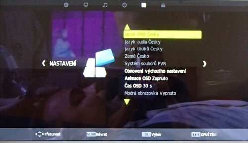 """V menu nastavení se můžete vrátit k původním hodnotám a ve volbě """"Systém souborů PWR"""" také naformátovat vaše nahrávací médium, což je vždy nejlepší. USB paměť není fixována na konkrétní televizor jako u přístrojů """"velkých"""" značek a záznam jde tudíž přehrát i v počítači. Nahrává se v tzv. transportním streamu s koncovkou TS a soubor je šikovně nazván například """"20120527_125904_[9 CT 24]_[Otázky Václava Moravce].ts""""."""