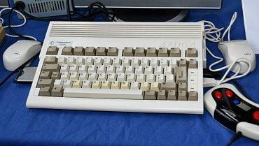 Amiga 600 - kompaktní stroj často cestující s jeho majiteli na chaty a ubytování jako centrum večerní zábavy.
