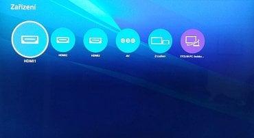 Z domácí obrazovky (Home) se dostanete i do seznamu zařízení. Pokud je zasunutá USB flash paměť najdete ji právě zde. K dispozici je však také zrcadlení obrazovky mobilu a vstup na disky počítače s Windows 10 napojeného na stejnou síť..