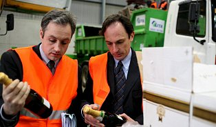 Není škoda vylévat falšované víno?