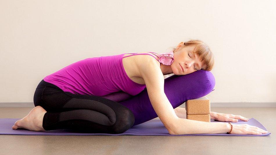 Jóga vhodná kodbourání stresu a únavy. Někteří lidé by se do ní ale pouštět neměli