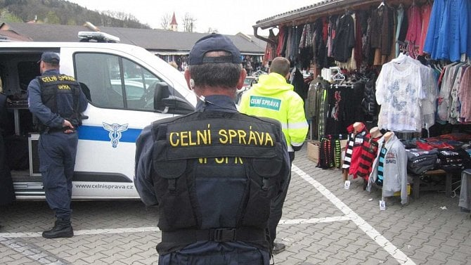 Celníci zabavovali padìlky vSapì, došlo ina šarvátku