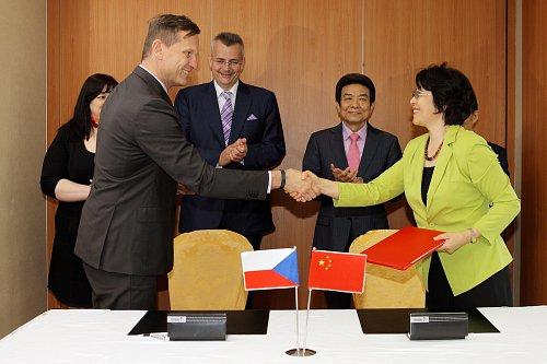 Majitel skupiny Empresa Media Jaromír Soukup při dokončení dohody s čínskou stranou.