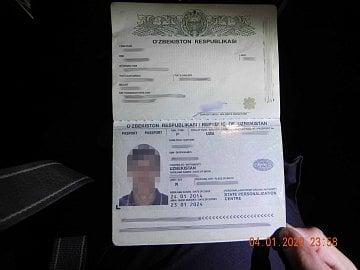 Nelegální podnikání v taxislužbě prostřednictvím aplikace Bolt. Řidič se prokázal uzbeckým pasem. (9. 1. 2020)