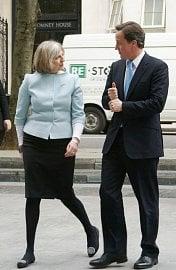 Britská premiérka Theresa May a bývalý premiér David Cameron.
