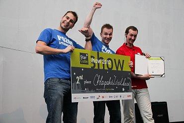 Cena za druhé místo pro Chlapskou zásilku. Se zakladateli na snímku vpravo šéf akcelerátoru StarCube Michal Hrabí.