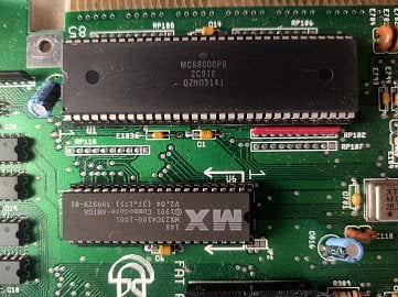 Detail základní desky - ROM paměť se zavaděčem Kickstart (dole), nahoře klasický CPU Motorola 68k.