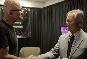 Šéf Microsoftu Satya Nadella přeje k narozeninám Georgeovi Takeovi, představiteli pana Sulu z původního Star Treku.