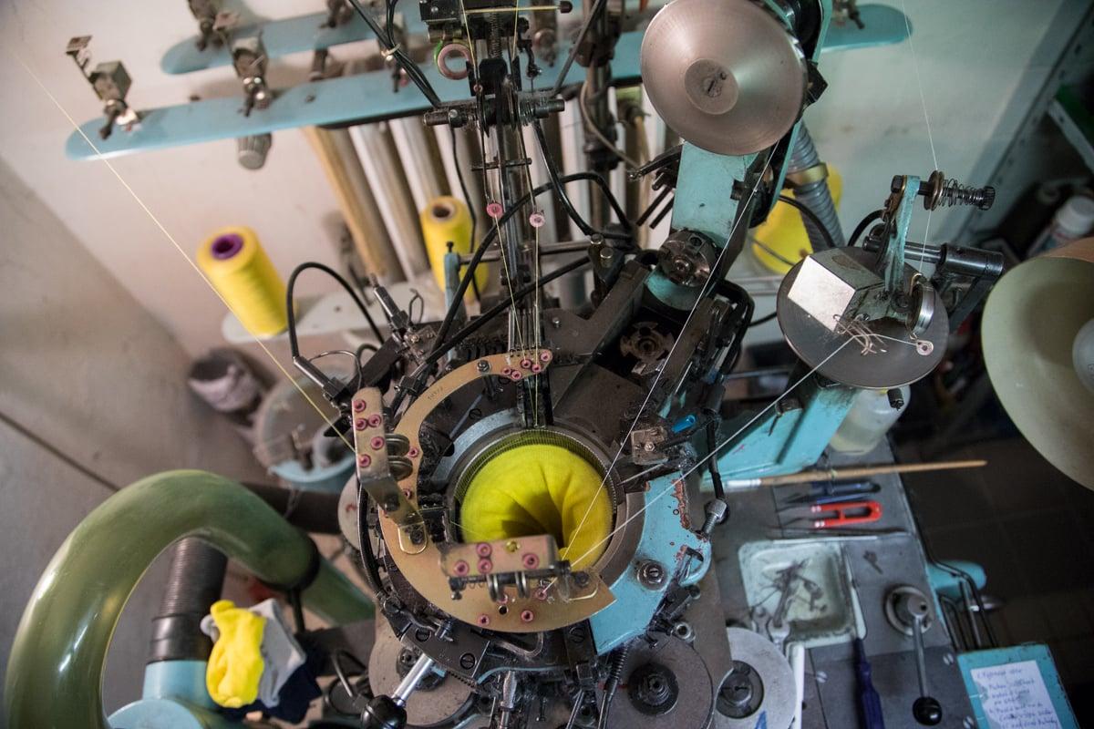 Manželé se živí výrobou ponožek. Takto se vyrábí.