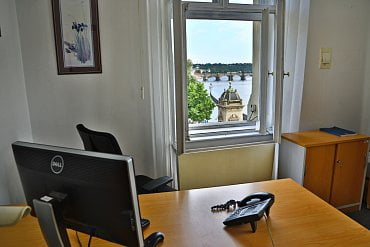 Kancelář oddělení AML & Compliance s výhledem na Karlův most.