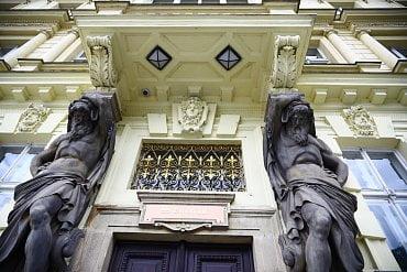 Vstupní portál budovy se sochami od Josefa Myslbeka.