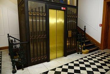Výtah v budově banky.