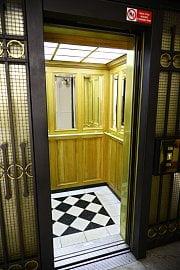Interiér výtahu.