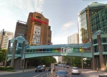 Pohled na Rogers Campus směrem k Bloor East, č. 333 nalevo.