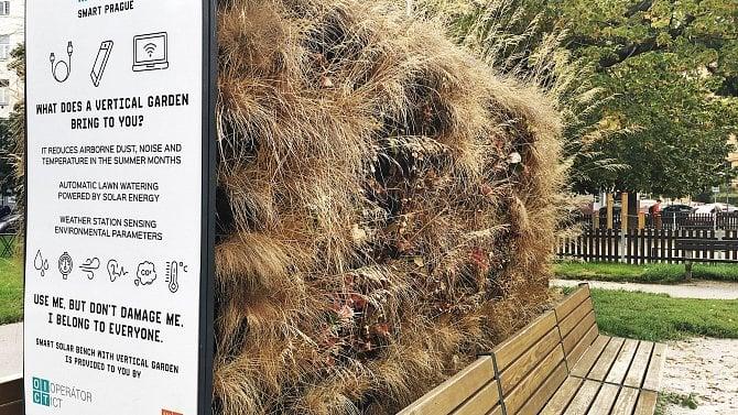 [aktualita] Chytrá lavička v Praze měla snižovat hluk a teplotu. Nikdo se o ni nestaral, tak uschla