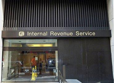 Jedny znejvětších škod způsobuje zneužití zcizených identit federálnímu finančnímu úřadu IRS (zde jeho pobočka vNYC).