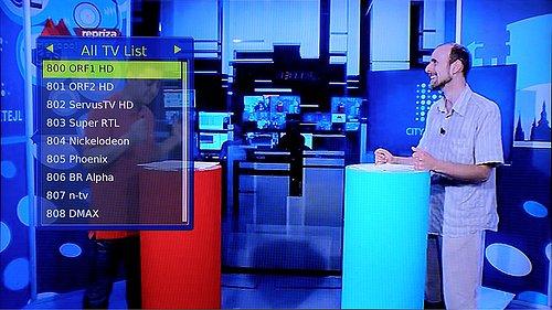 Část ze seznamu stanic, jež jsou součástí placené služby simpliTV. V pozadí vysílání TV Metropol z Prahy.