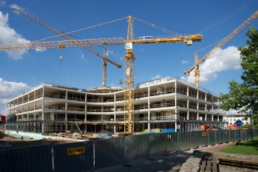 Stavba největší mimopražské budovy ČSOB byla na labském nábřeží v lokalitě Aldis započata v prosinci 2018. První fázi výstavby realizovala společnost Geosan Group, železobetonový skelet pak dostala na starost společnost Syner.