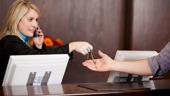 Pracuje na recepci. Šéf jí neumožňuje přestávku na oběd. Co na to zákoník práce?