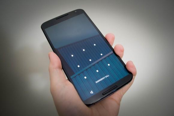 Váš mobilní telefon s operačním systémem Android vůbec nemusí používat klasické přístupové heslo – mobilní telefon na obrázku například používá odemknutí pomocí kreslení gesta. V každém případě by měl mít každý mobilní telefon nějakou variantu ochrany proti neoprávněnému přístupu nastavenu