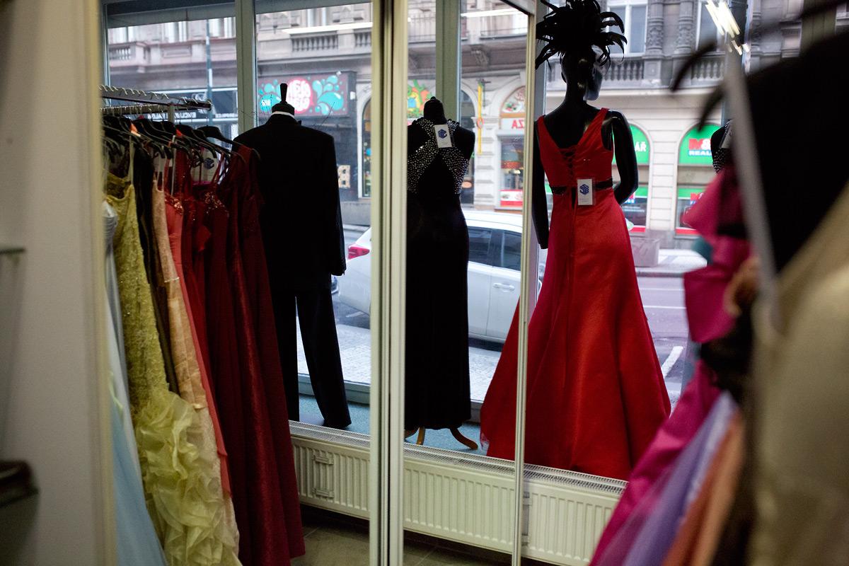 Nahlédněte do první půjčovny společenských šatů v Česku.