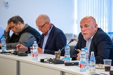 Zleva moderátor Lubomír Veselý, bankéř Pavel Kysilka apublicista Zdeněk Šarapatka.