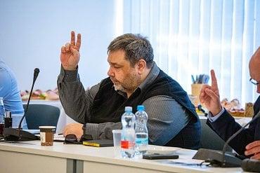 Moderátor Lubomír Veselý, který v médiích vystupuje jako Luboš Xaver Veselý, se stal členem Rady České televize na konci května 2020.