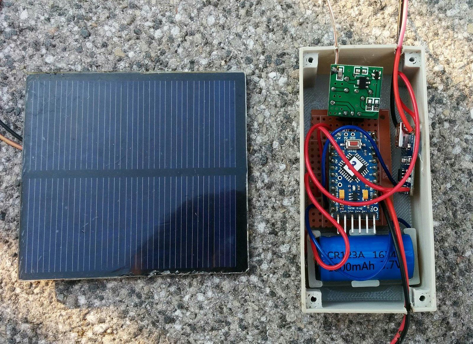 Solární panel a vysílač