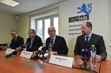 Premiér Bohuslav Sobotka v Národním centru kybernetické bezpečnosti v Brně.