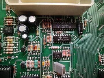 Detail základní desky. Různá elektrotechnická bižuterie.