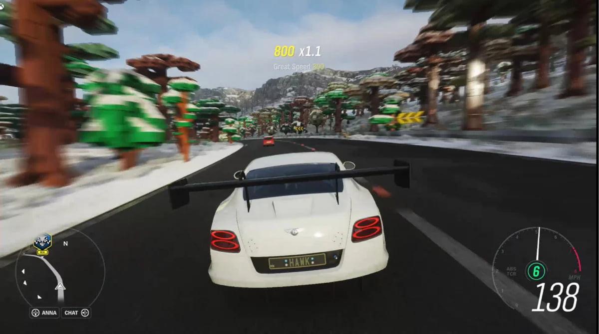 Na tomto obrázku je vidět hra Forza Horizon 4 od firmy Microsoft běžící na Chromebooku. Na tomto statickém obrázku je vidět, že firma Microsoft u této hry vykresluje části okolí v nižším rozlišení. Při hraní si však toho prakticky nevšimnete.