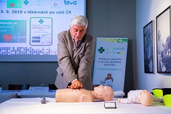 Pan doktor Procházka provádí resuscitaci