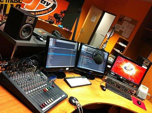 Studio doposud internetové stanice SeeJay Radio.