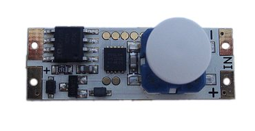 Tlačítkový stmívač (486 Kč) na fotografii je určen pro napětí 10-28 V a max. zatížení 10 A. Krátkým stlačením LED pásek zapnete či vypnete, přidržením regulujete intenzitu světla.