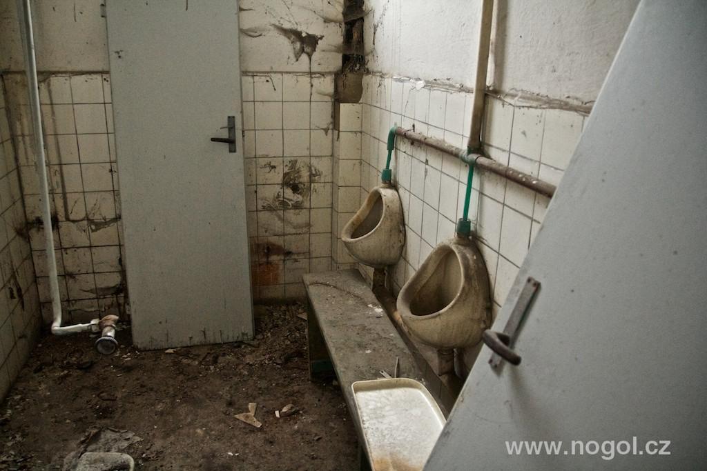 Rozpadající se továrna Praga v pražských Vysočanech