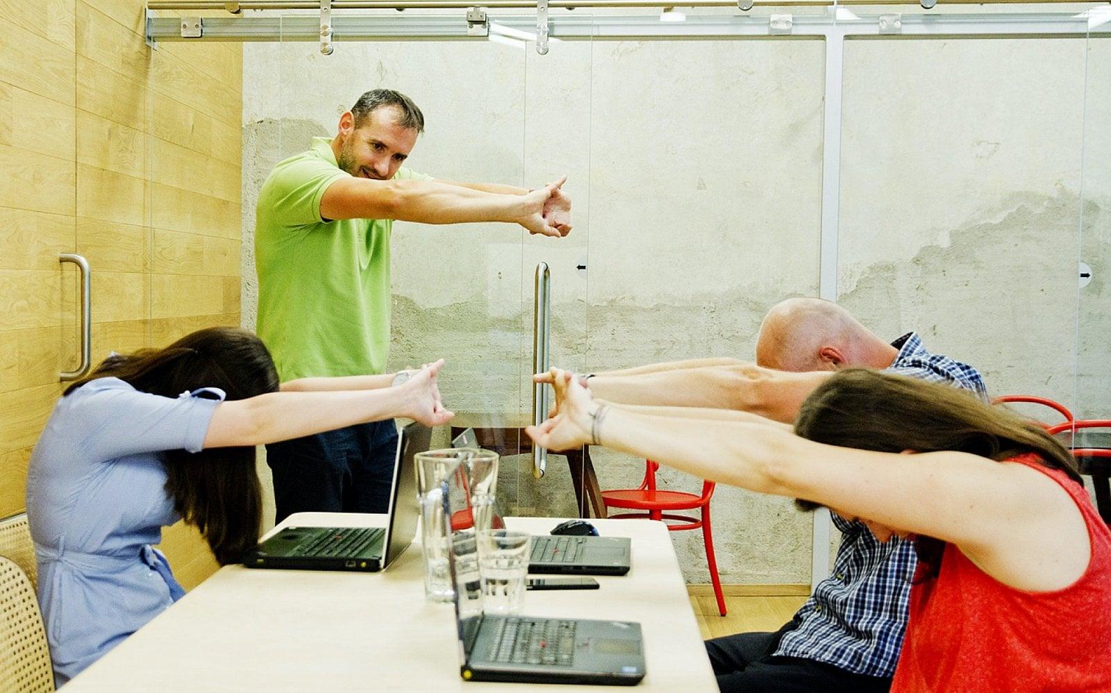 Učí lidi cviči na kancelářské židli