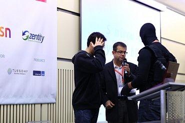 Policista, který za chvíli odvede vývojáře Michala Špačka.