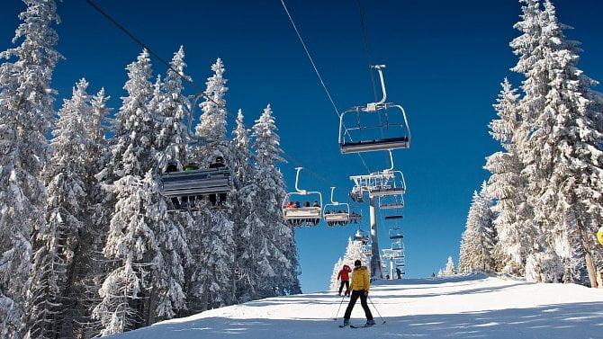 Na horách začalo sněžit. Co si na tuto sezónu připravila lyžařská střediska?